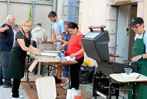 Le repas de vendredi soir a attiré quelque 210 convives, une belle réussite pour les quinze bénévoles qui se sont partagé la dernière barquette de frites.