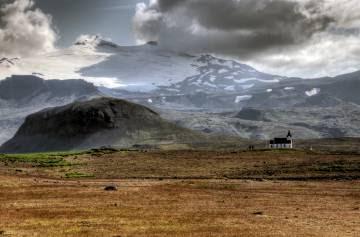 Vista del volcán Snaefellsjokull, al fondo, en la península de Snaefellsnes (Islandia).