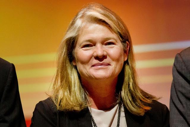 Charlene de Carvalho-Heineken sinh năm 1954 tại Hà Lan. Là người con duy nhất của Freddy Heineken, người đảm trách vai trò CEO của Heineken từ năm 1971-1989, bà Carvalho được thừa kế khoản tiền khổng lồ từ cha khi ông qua đời năm 2002. Với tài sản 12,7 tỷ USD, số tiền Carvalho sở hữu tương đương 0,017% GDP toàn cầu.