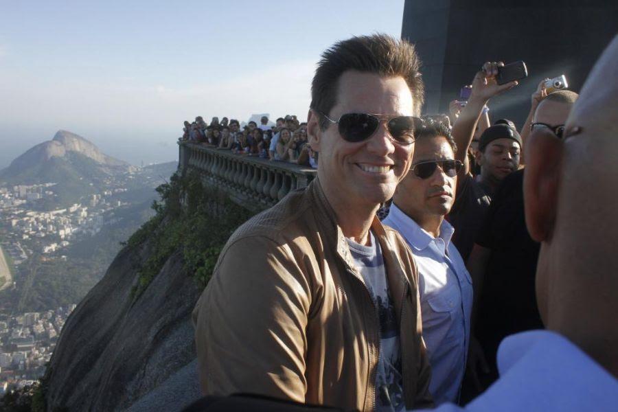 Jim Carrey posa para foto no Corcovado, sob os olhares de centenas de fãs
