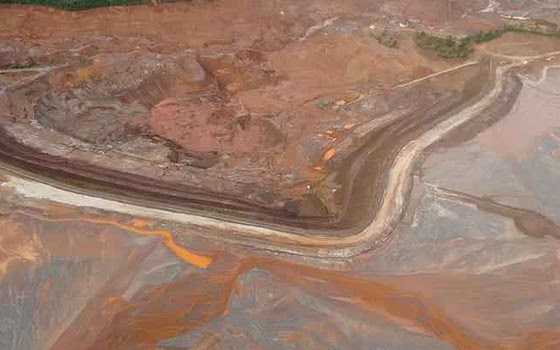 Novo deslizamento de lama da barragem do Fundão, em Mariana (MG), pode ter deslocado mais de um milhão de metros cúbicos de rejeitos da mineradora Samarco (Foto: Reprodução/TV Globo)