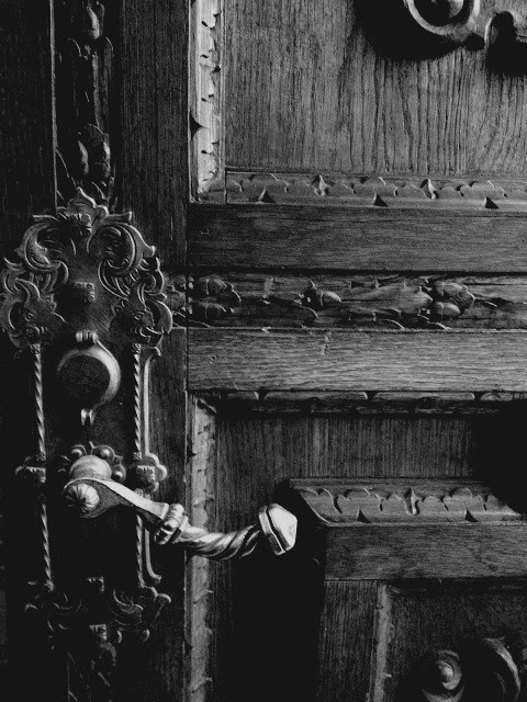A closed door just tempts me to open it. I'm always curious to see what's on the other side. Close a door on me and I'll try to open it. Now that's clear to everyone, please open that door.