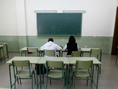 Dos alumnos que acudieron a clase durante la pasada huelga del mes de mayo. (Foto de Archivo)