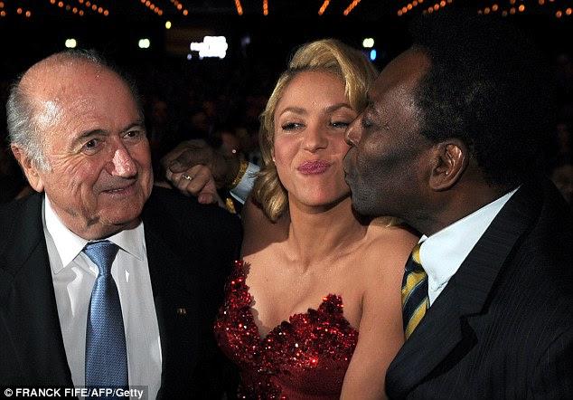 Sul-Americana amor: Aposentado brasileiro futebolista Pelé deu o cantor colombiano um beijo como presidente da Fifa, Sepp Blatter olhavam