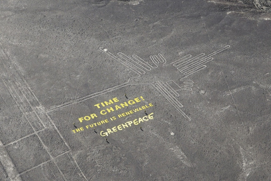 """""""É hora de mudar. O Futuro é renovável"""" escrito em letras amarelas nas linhas de Nazca pelos ativistas do Greenpeace. Foto: Thomas Reinecke/Greenpeace."""