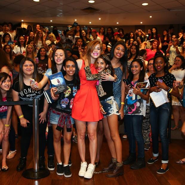 Sophia Abrahão posa com titulipos, seus fãs, em tarde de autógrafos (Foto: Manuela Scarpa/Foto Rio News)
