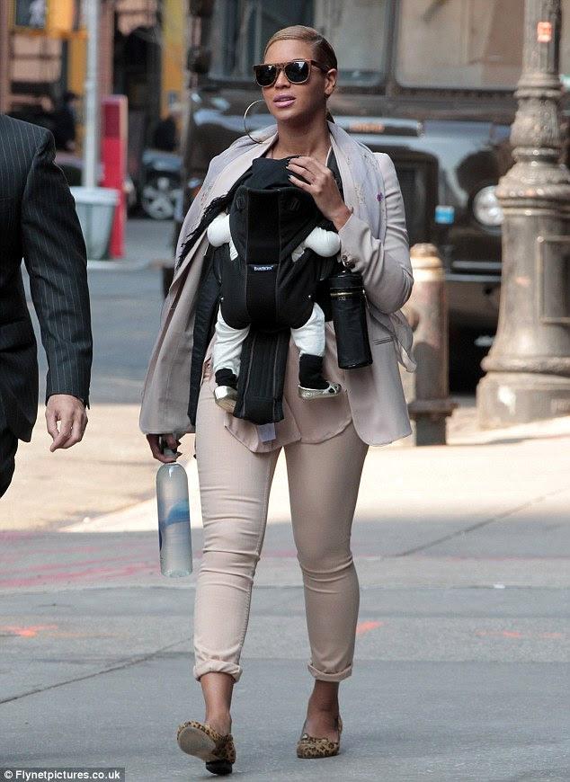 Bling: Mavi Sarmaşık altın bebek ayakkabıları giymiş olarak Beyoncé açıkça bebek moda onu sıkma koyuyor