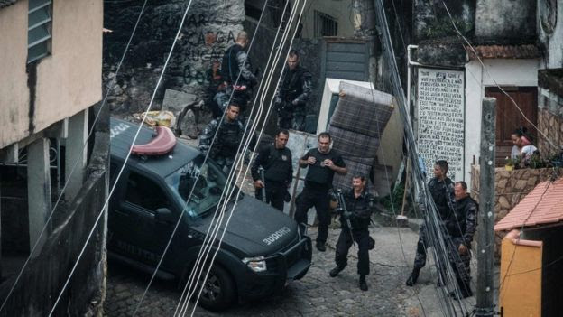 Políciais em favela no Rio