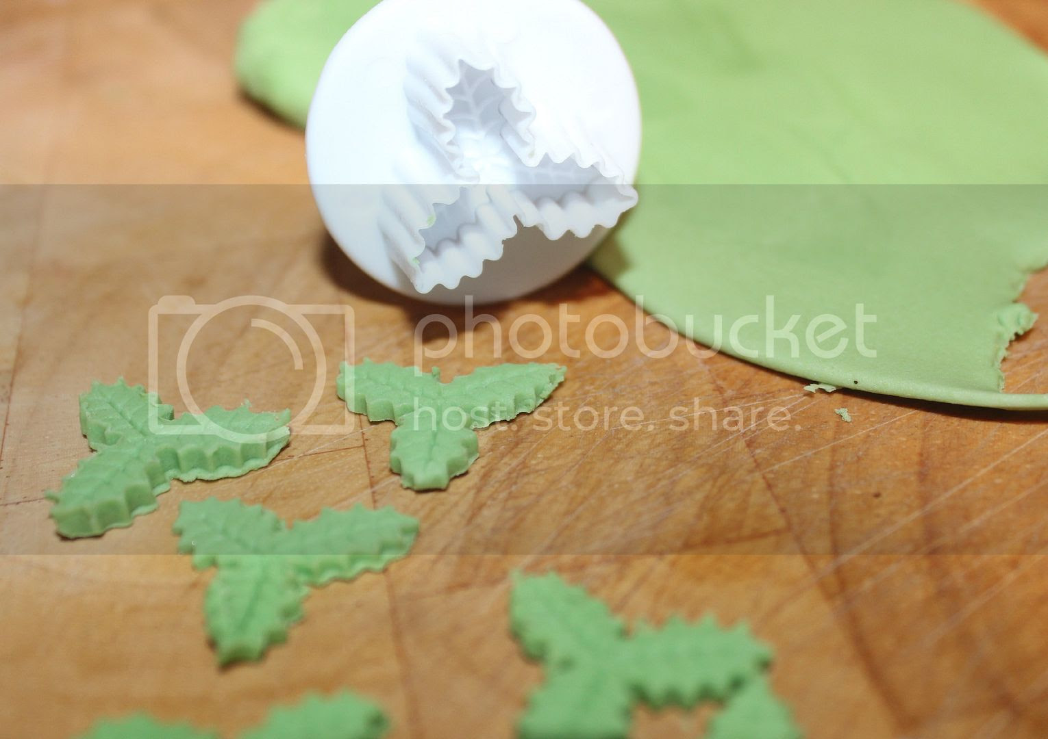 icing holly leaves