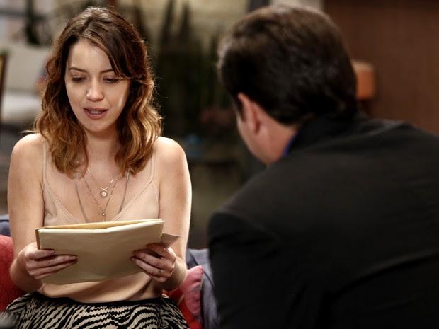 Laura recebe envelope com informações de quem pode ser sua mãe (Foto: Inácio Moraes/ Gshow)