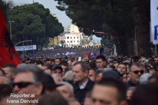 """Mijëra mbështetës të Partisë Demokratike protestojnë në Bulevardin """"Dëshmorët e Kombit"""" kundër qeverisë Rama. 18 shkurt 2017. Foto: Ivana Dervishi/BIRN"""
