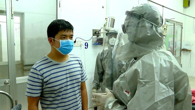 Thứ trưởng Y tế Việt Nam Nguyễn Trường Sơn (P) nói chuyện với một người tại khu vực cách ly của một bệnh viện ở TP Hồ Chí Minh. Ảnh chụp ngày 23/01/2020.