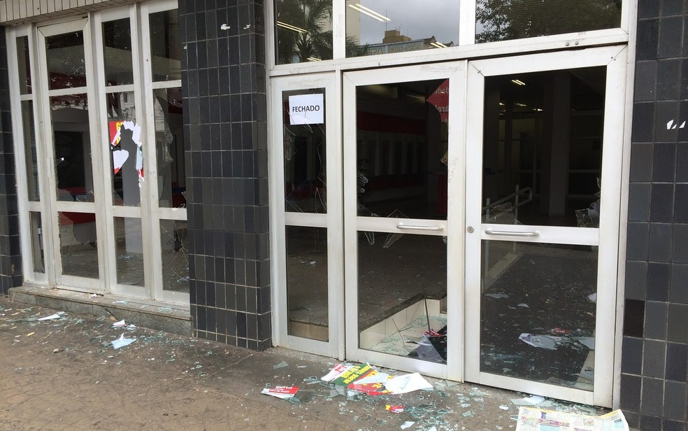 Agências bancárias tiveram vidros quebrados durante confusão, em Goiânia, Goiás (Foto: Vitor Santana/G1)