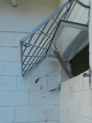 Criminosos cortaram grade e quebraram janela para invadir  (Foto: André Bias/TV Vanguarda)