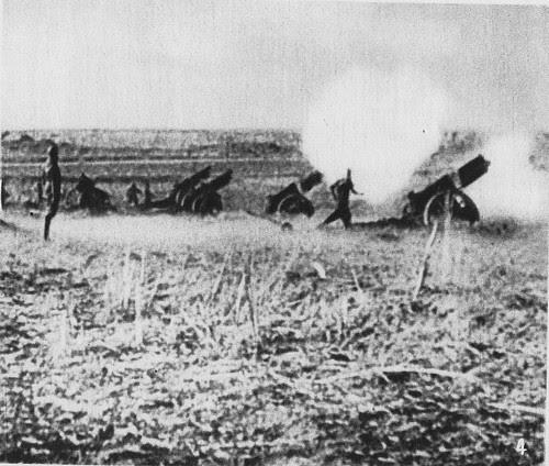 Artillería republicana disparando desde las afueras de Toledo contra el Alcázar