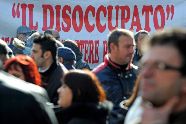 Una manifestazione di disoccupati a Napoli in un'immagine d'archivio.