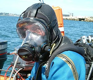 English: A diver wearing an Ocean Reef full fa...