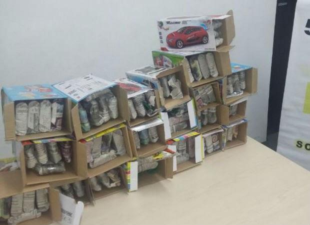 Fracos estavam dentro de caixas de brinquedos (Foto: Polícia Rodoviária/Divulgação)