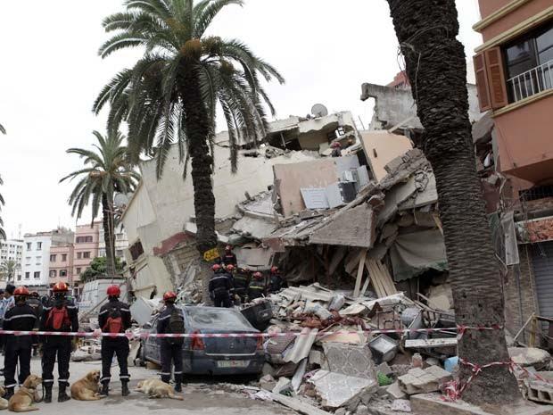 Equipe inspeciona escombros de prédios que desabaram em Casablanca nesta sexta (11) (Foto: AFP PHOTO /STR)