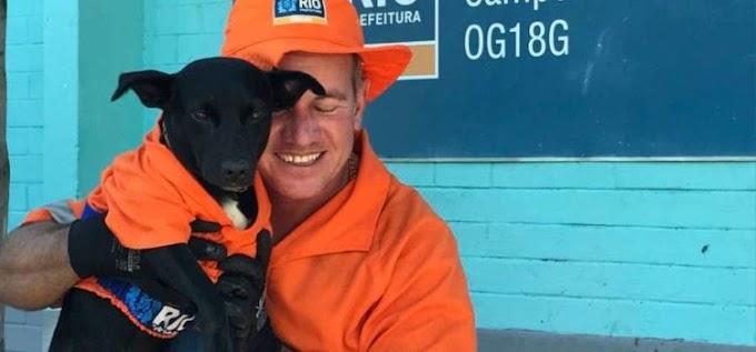El perrito adoptado por un barrendero se roba el corazón de todos limpiando la calle uniformado