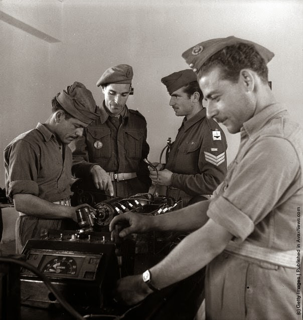 νεοσύλλεκτοι εκπαιδεύονται από έναν βρετανό εκπαιδευτή . (Φωτογραφία από Keystone Χαρακτηριστικά / Getty Images). 1947