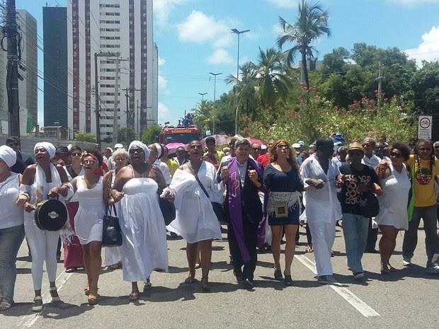 Cortejo de Naná Vasconcelos parte rumo a Santo Amaro (Foto: Artur Ferraz/G1)
