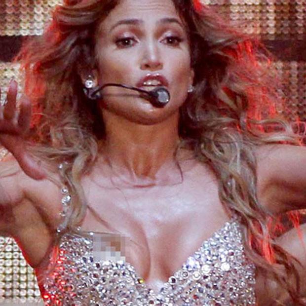 Jennifer Lopez deixa escapar seio em show (Foto: Reprodução)