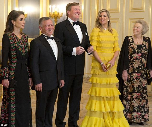 A Rainha Máxima dos Países Baixos (segunda da direita) ficou deslumbrante ao receber a glamurosa Rainha Rania da Jordânia em um jantar de gala em Haia.  O rei Abdullah (segundo da esquerda), o rei Willem-Alexande e a princesa Beatrix (à direita) também estiveram na recepção