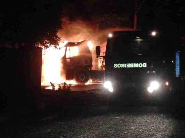 Caminhão foi incendiado em Promissão (Foto: Barbara Balduino/TEM Você)
