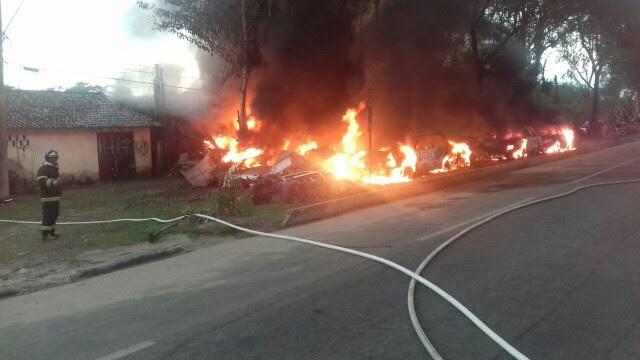 Bombeiros de Ubatuba reforçam o efetivo no combate às chamas (Foto: Arthur D´Ângelo/Vanguarda Repórter)