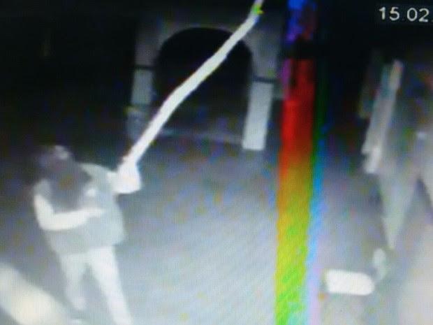 Homens invadiram escola e roubaram tablets e computadores em Mossoró  (Foto: Reprodução)