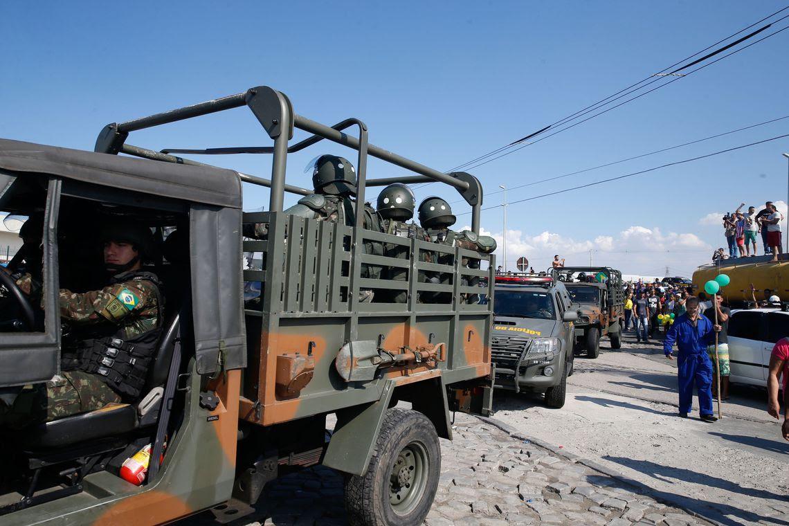 Um grupamento de militares da Polícia do Exército reforça segurança no entorno da Refinaria Duque de Caxias (Reduc)