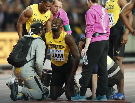 Boltu pomažu da se podigne posle povrede u poslednjoj trci u karijeri