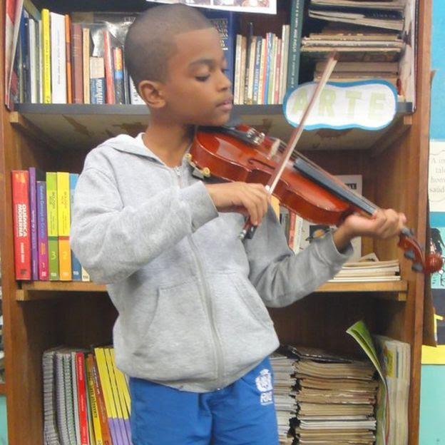 João Gabriel do Nascimento toca violino