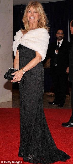 Lendas do cinema: Sigourney Weaver usava um drapeado estilo de número preto sem mangas, enquanto Goldie Hawn usava um vestido preto com ombros branco