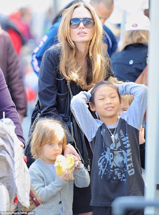 Imagem perfeita: Apesar de Jolie solta e não foi preened para ela de perto, ela olhou arrebatadora como ele ligado com seus filhos