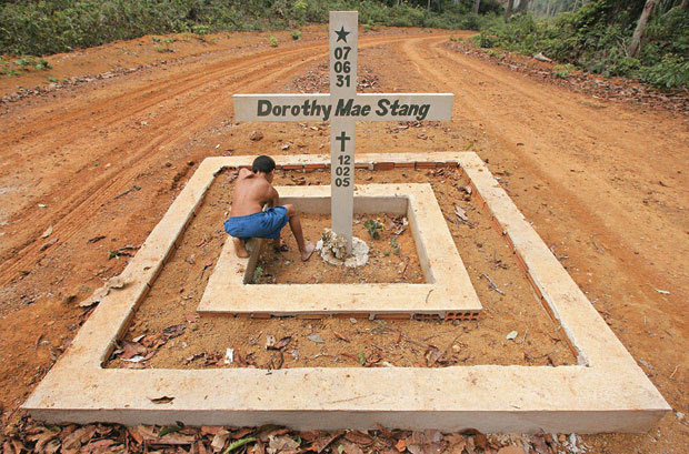 SILENCIADA A lápide da missionária americana Dorothy Stang na zona rural da cidade de Anapu, no Pará. Ela foi morta em 2005, com seis tiros à queima-roupa (Foto: Jefferson Coppola/Folhapress)