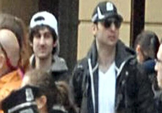 Tarmelan (de boné preto) e seu irmão, suspeitos dos atentados em Boston (Foto: AFP/FBI)