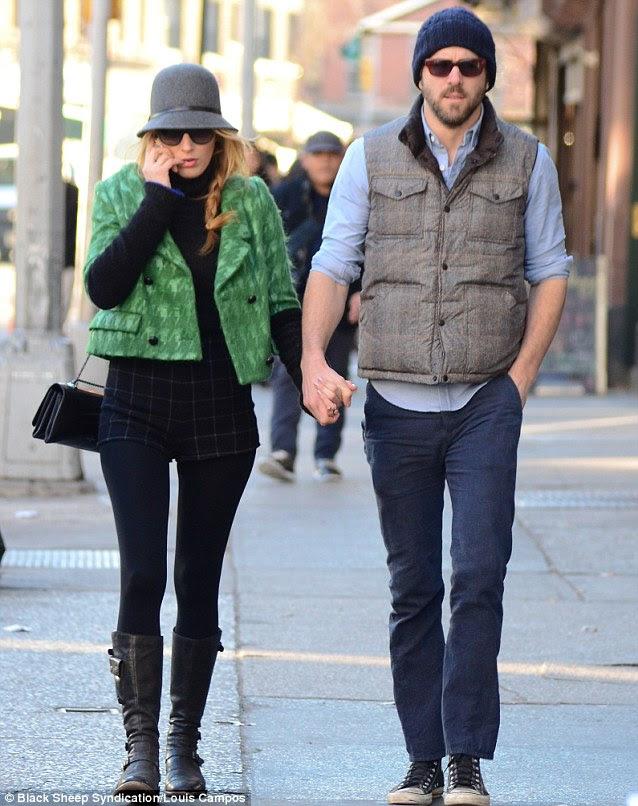 Yakın tutulması: Blake Lively ve onun yeni evlendiği kocası Ryan Reynolds, Pazartesi günü New York el-ele yürürken fark edildi