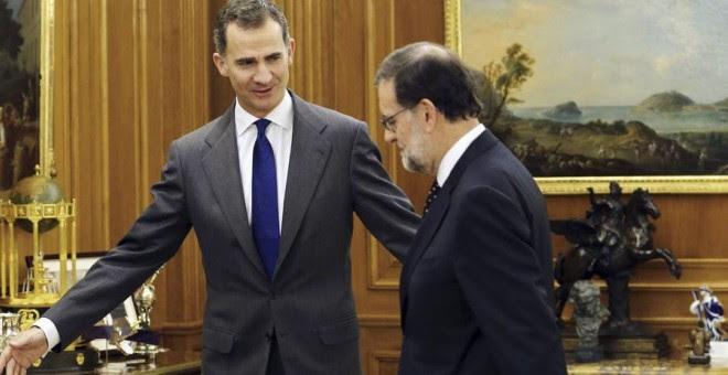 Rajoy, con el rey Felipe VI este viernes en la Zarzuela. REUTERS/Andrés Ballesteros