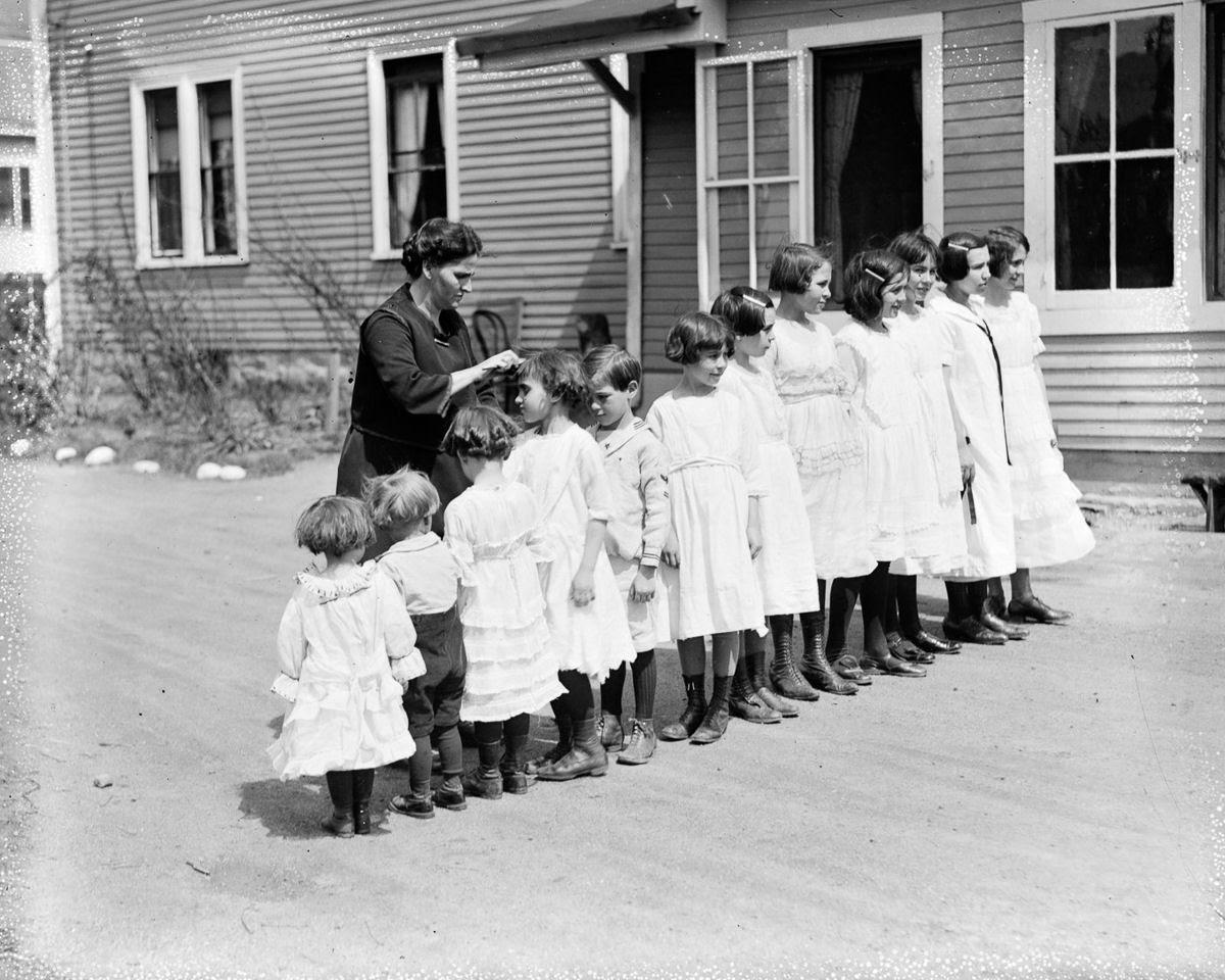 Como uma família com 13 filhos era empilhada em um carro em 1925 02