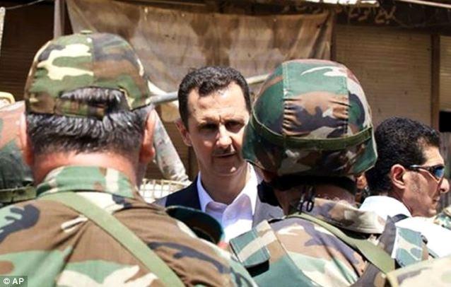 O presidente sírio, Bashar al-Assad (C) supostamente escondido de hardware e de armas químicas militares contrabandeadas do Iraque durante os primeiros dias da primeira Guerra do Golfo