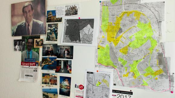 Sur les murs de la permanence de Gérard Bapt, les affiches électorales des campagnes passées côtoient les cartes postales et les plans de la circonscription.