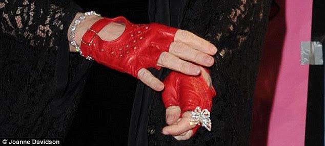 Mantê-la oculta: as mãos de uma mulher pode desenvolver manchas fígado e rugas como ela fica mais velha, coisa que Madonna não quis revelar