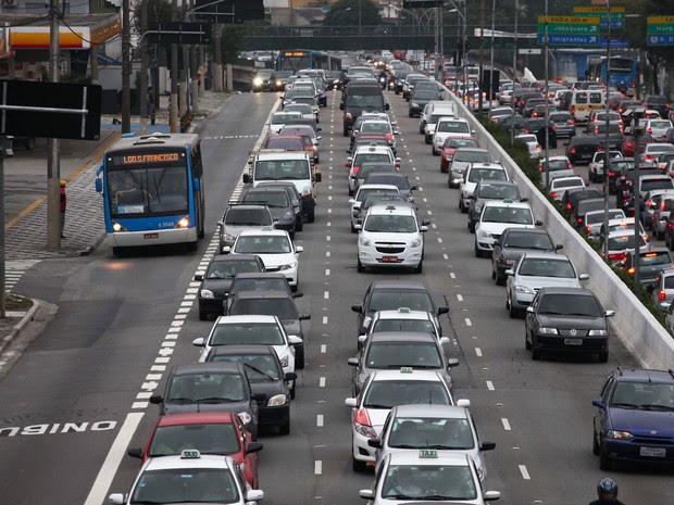 A Companhia de Engenharia de Tráfego (CET) implanta faixa exclusiva de ônibus no Corredor Norte-Sul na Avenida 23 de Maio, em São Paulo. (Foto: Renato S. Cerqueira/Futura Press/Estadão Conteúdo)