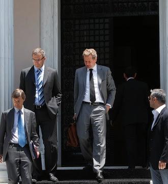 Los representantes de la troika, Poul Thomsen, Klaus Masuch y Matthias Morse, abandonan el despacho de Samaras a principios de julio. Reuters - Archivo