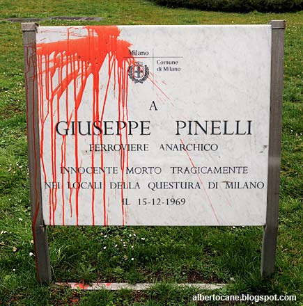 Lapide a Giuseppe Pinelli in piazza Fontana a Milano