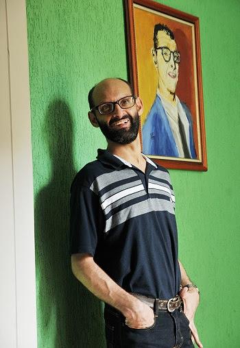 O escritor Emílio Figueira, 42, que tem paralisia cerebral