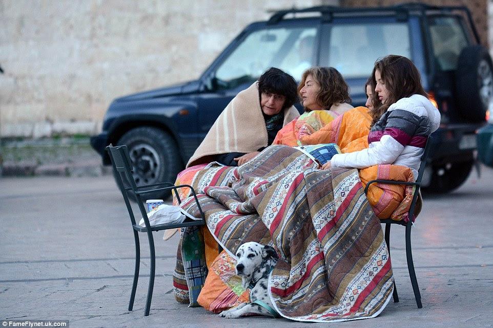 Apoio: Um huddle família unida debaixo de cobertores, juntamente com o seu dálmata animal de estimação como eles se recuperar do choque
