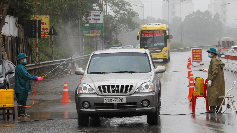 Phun thuốc tẩy trung phòng virus corona trên đường quốc lộc, tỉnh Thái Nguyên ngày 07/02/2020.